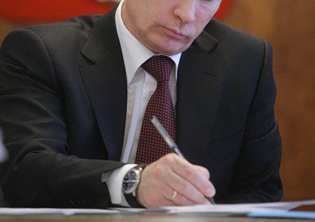 Vladimir Poutine avec un stylo