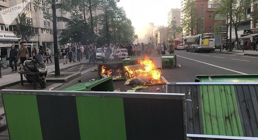 Une rue de Paris après une marche non autorisée contre l'évacuation de Tolbiac (20 avril 2018)