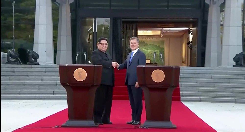 Kim Jong-un et Moon Jae-in lors du sommet intercoréen à Panmunjeom