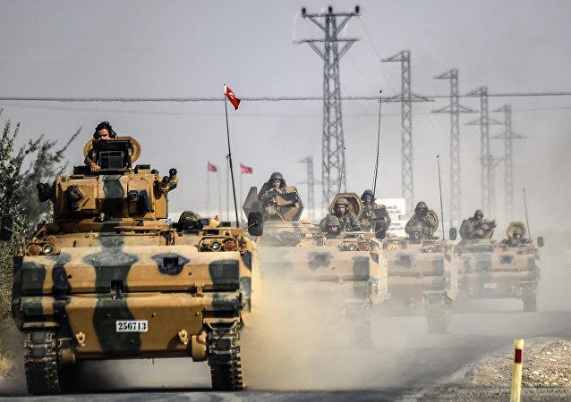 Les militaires turcs auraient transféré du matériel militaire à la frontière syrienne (image d'illustration)