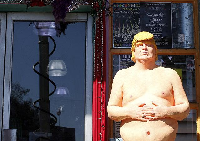 Une statue de Donald Trump nu