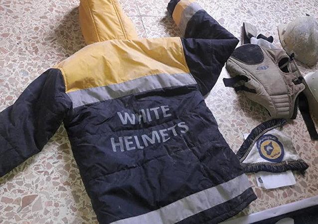 L'uniforme des Casques blancs trouvé lors de la perquisition du QG des terroristes dans la Ghouta orientale.
