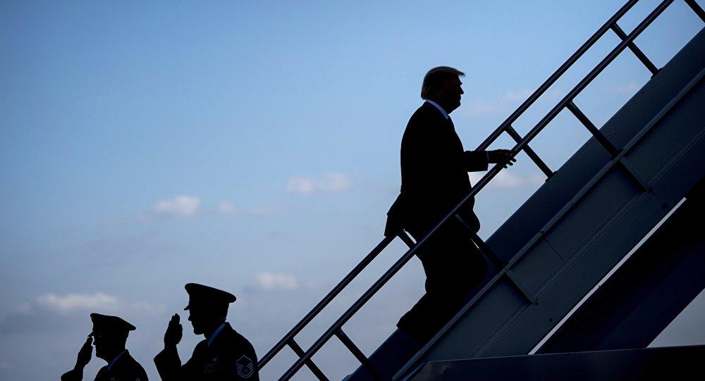 Donald Trump monte à bord d'un avion