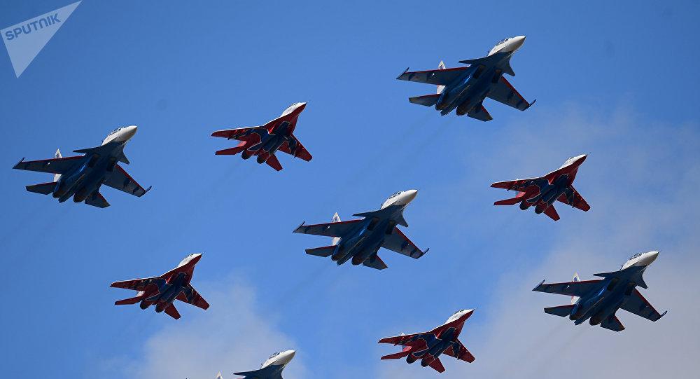 Neuf avions des groupes de voltige Striji et Rousskie Vitiazi en formation Diamant de Koubinka
