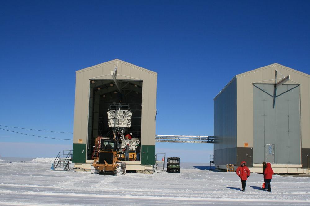 un bloc des antennes de haute précision ANITA dans un hangar.