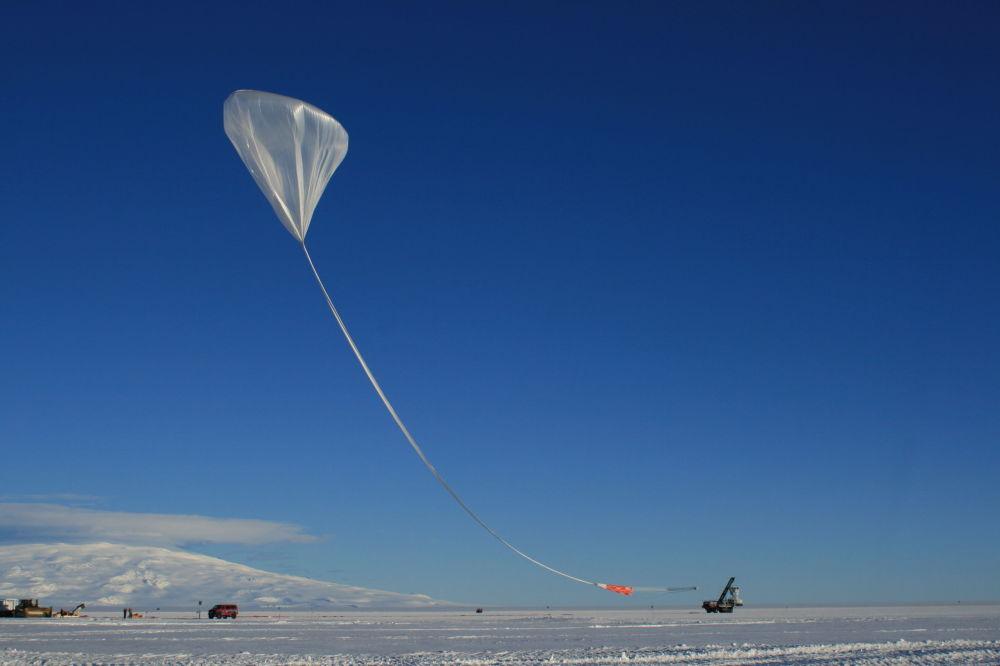 le lancement du bloc ANITA-IV lors d'une nuit d'été en Antarctique