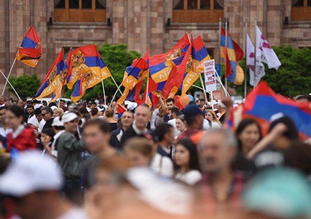 des dizaines de milliers d'Arméniens manifestent