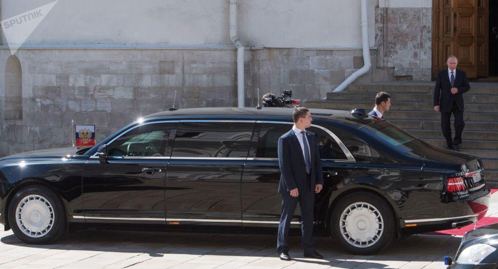 Vladimir Poutine se dirige vers sa nouvelle Limousine du projet Cortège, le 7 mai 2018