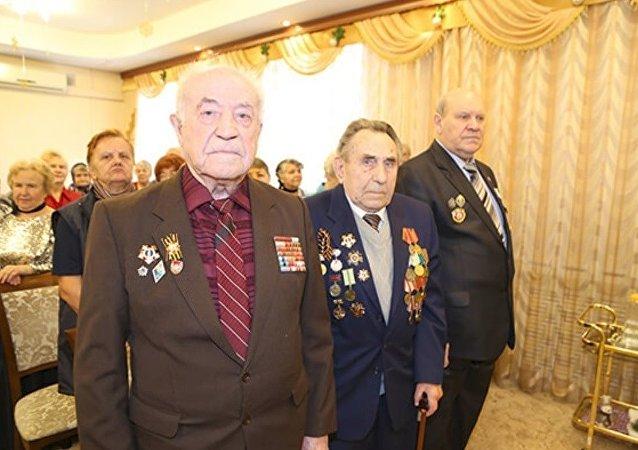 Vladimir Dolgachev, à gauche