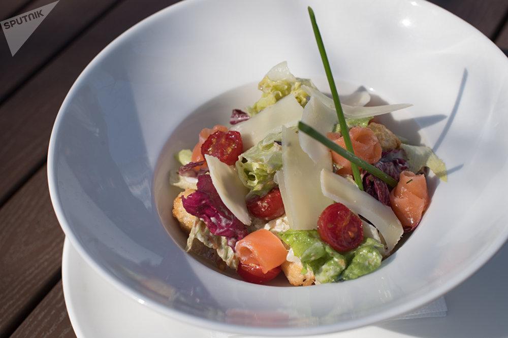 Kardinni au saumon dans le restaurant Rostov Papa