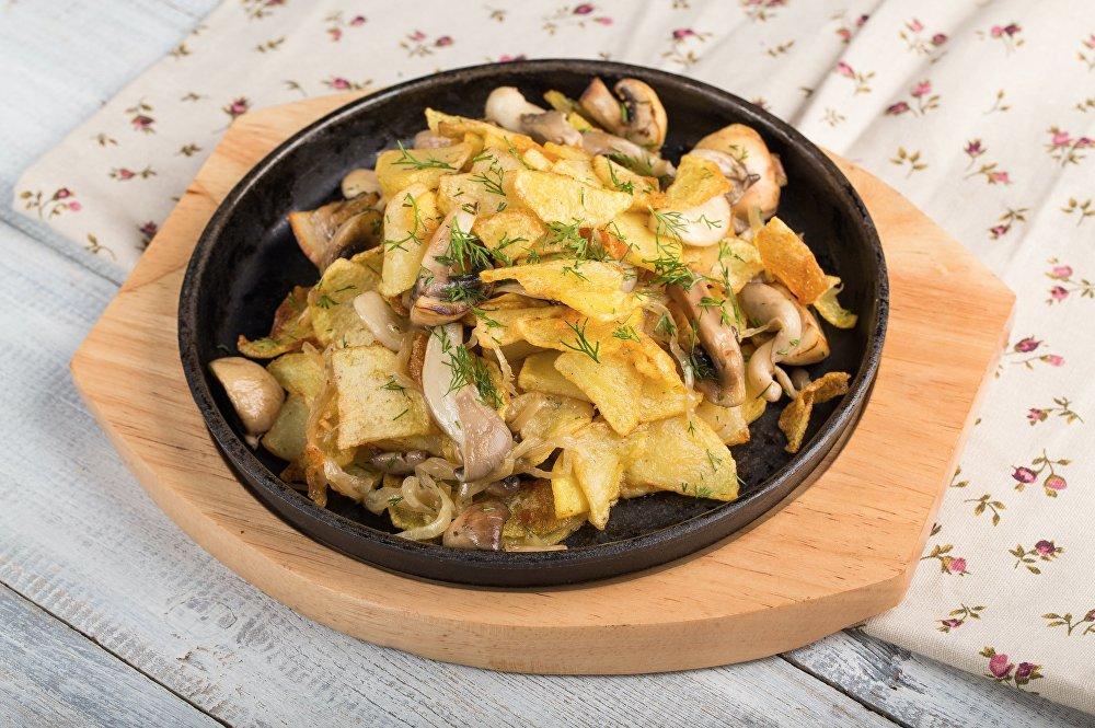 Pommes de terre poêlées avec des champignons à la pizzeria Sicile à Sotchi