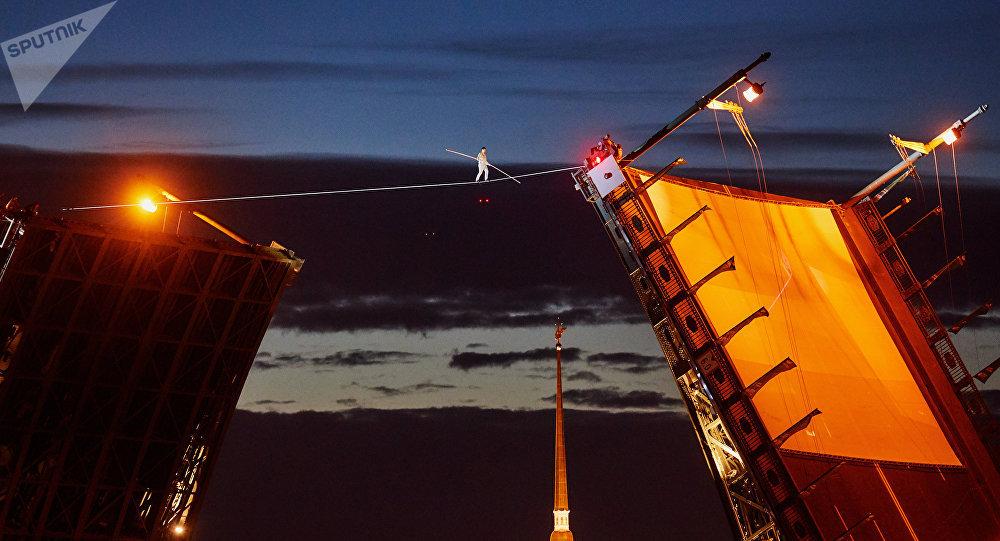 Le funambule Rassoul Abakarov marche sur une corde raide au-dessus de la Neva