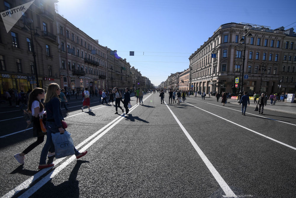 Sur la photo: la Perspective Nevski réservée aux piétons à Saint-Pétersbourg.
