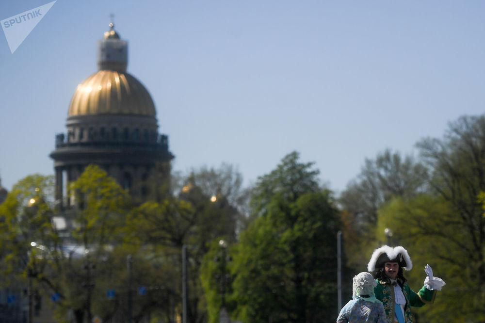 Personnes en costumes historiques près de la cathédrale Saint-Isaac à Saint-Pétersbourg.