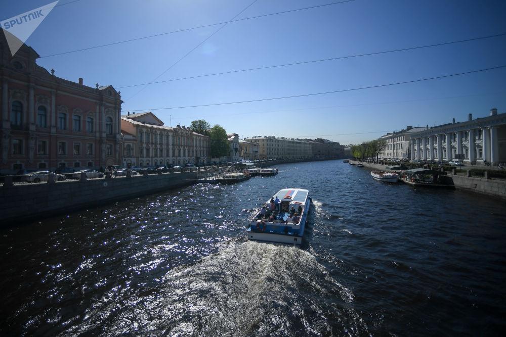 Un bateau de plaisance à Saint-Pétersbourg.