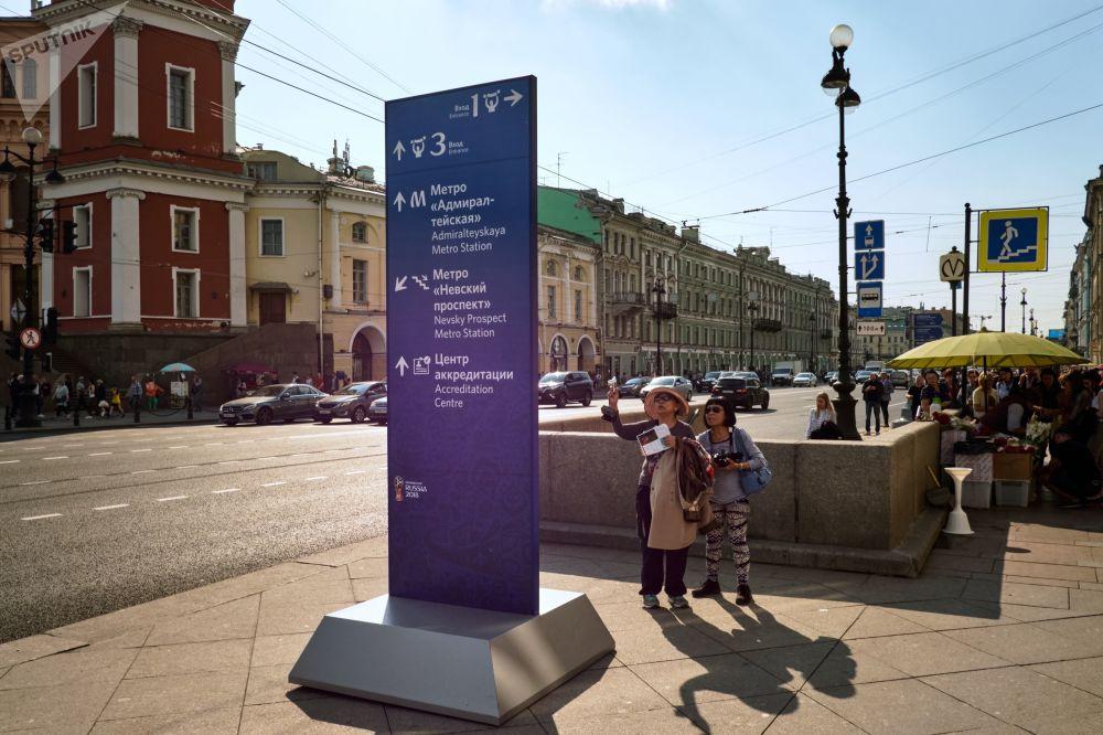 Sur la photo: indicateurs pour les visiteurs et les supporters de la Coupe du Monde de la FIFA 2018 sur la Perspective Nevski à Saint-Pétersbourg