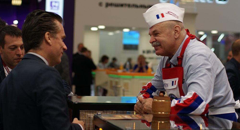 Le fromager russe Vladimir Borev communique avec les participants du SPIEF-2018