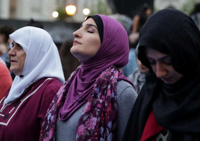La militante musulmane américaine Linda Sarsor prie pendant le mois sacré du Ramadan à Foley Square à Manhattan, New York