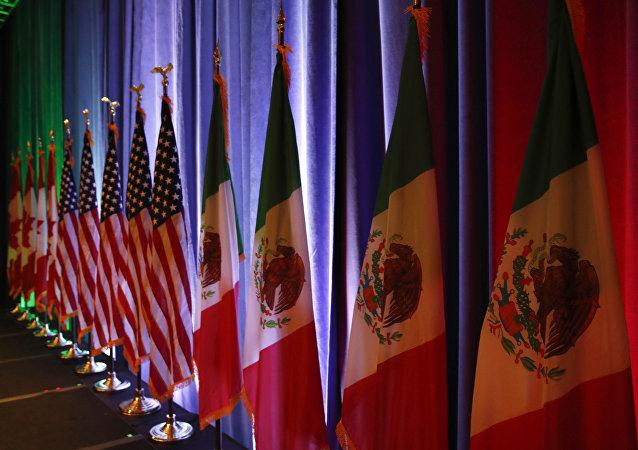 Les Drapeaux canadien, américain et mexicain