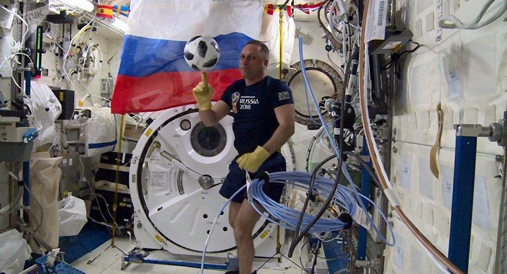 Anton Chkaplerov joue au foot en orbite