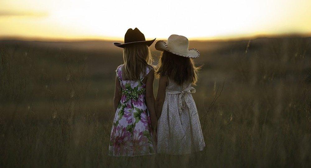 Sœurs. Image d'illustration
