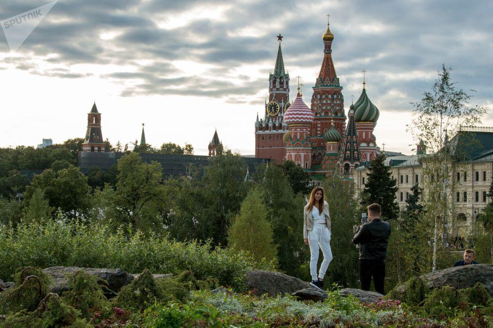Des visiteurs sur le territoire du parc Zariadié de Moscou.