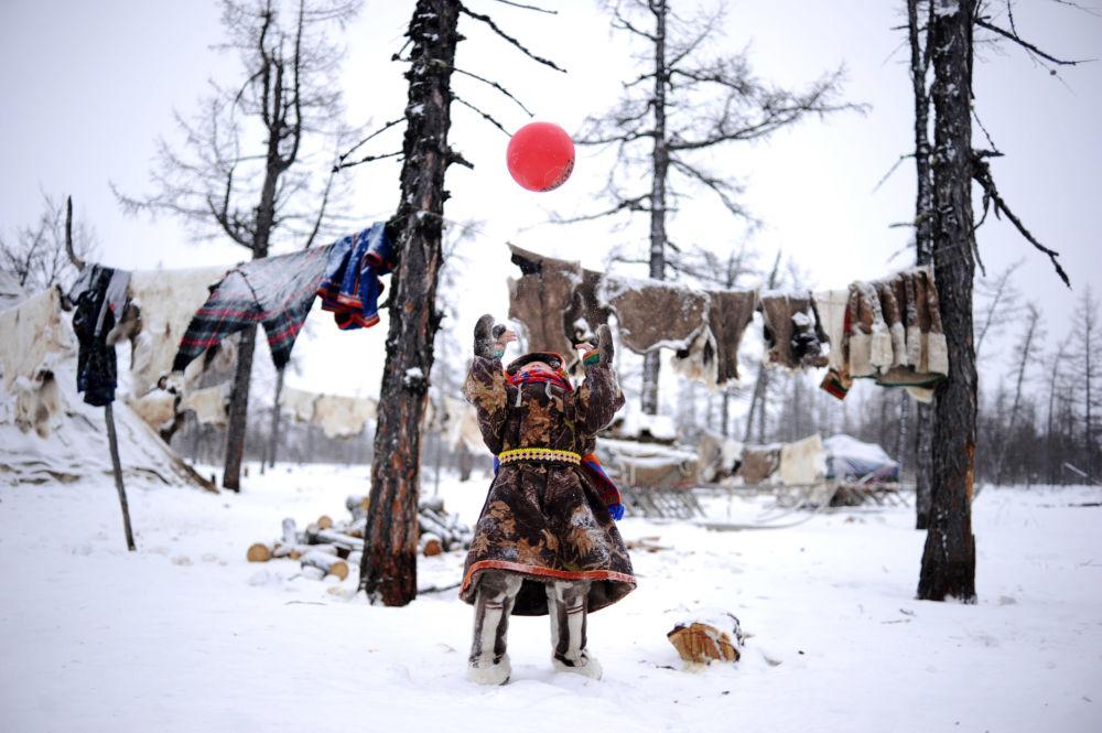 Des éleveurs de rennes jouent sur la neige dans le district autonome d'Iamalo-Nenets en Russie, mars 2018.