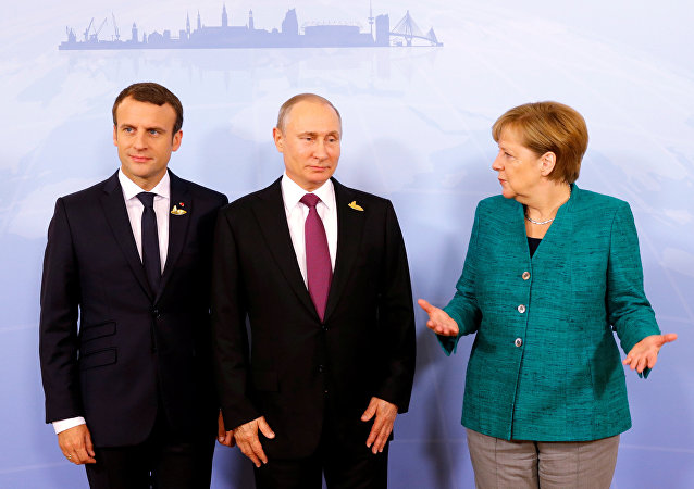 Emmanuel Macron, Vladimir Poutine et Angela Merkel (archives photo)
