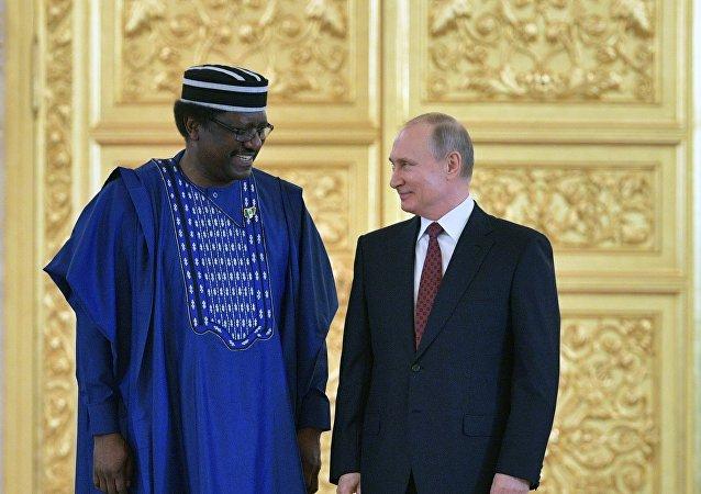 Le président de la Russie Vladimir Poutine et l'ambassadeur nigérian en Russie, Steve Davis Ugba