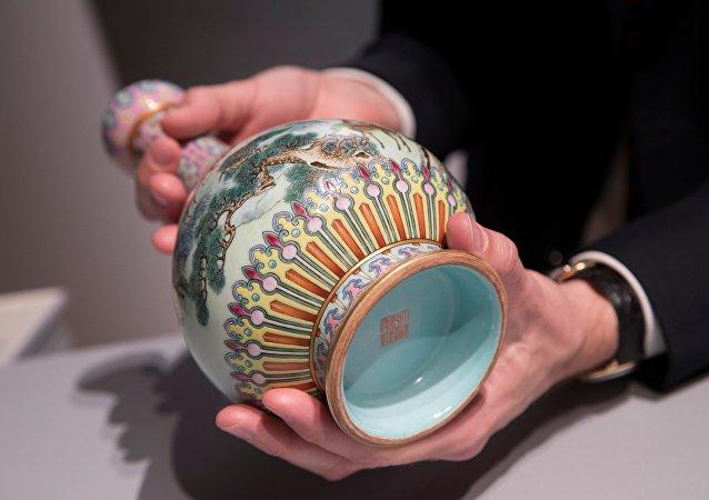 Le vase chinois datant de la dynastie Qing vendu aux enchères à Paris