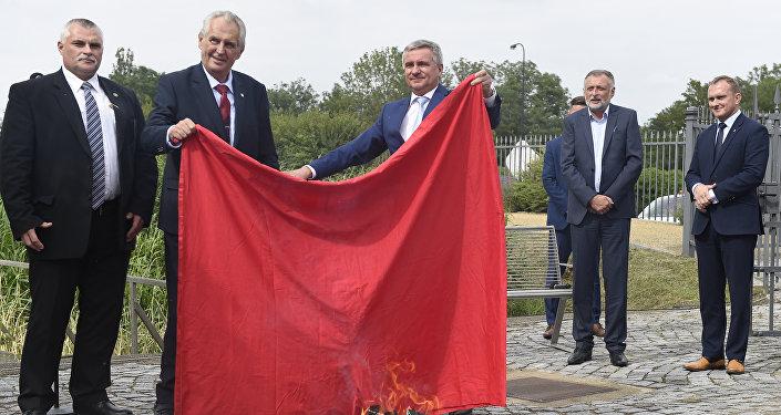 Milos Zeman (2e à gauche) brûle un caleçon