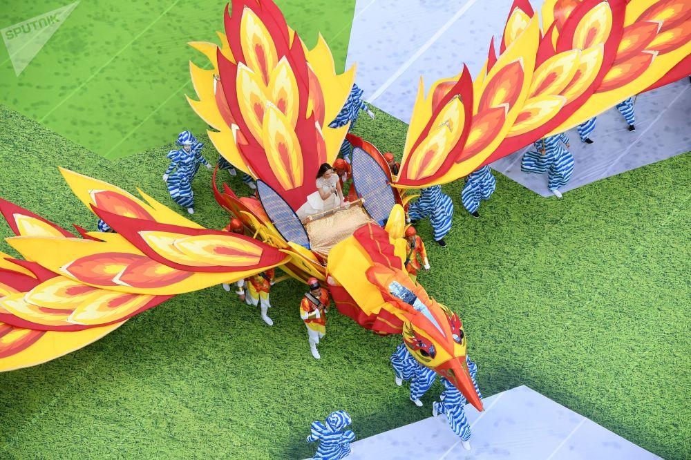 La cantatrice Aïda Garifoullina est entrée au stade sur un Oiseau de feu géant .