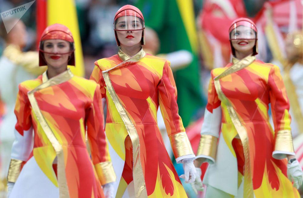Au total près de 800 personnes ont participé à la cérémonie d'ouverture de la Coupe du Monde de football de 2018 dans le stade Loujniki à Moscou.