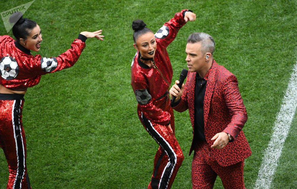 Le chanteur Robbie Williams a chanté ses chansons Feel, Let Me Entertain You et Rock DJ sur la pelouse du stade Loujniki.