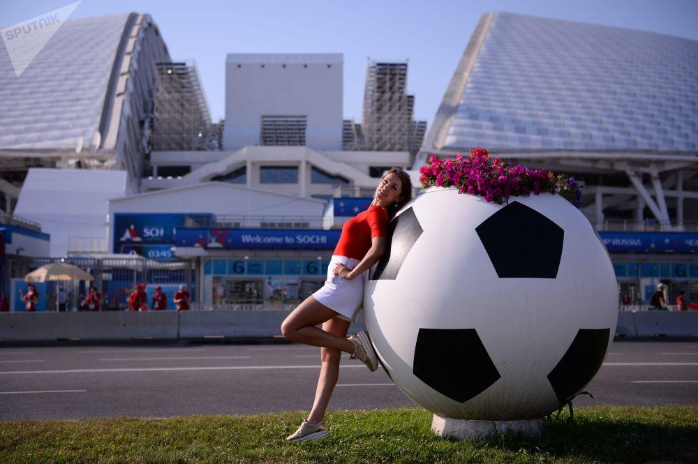 Une supportrice au Stade olympique Ficht à Sotchi avant le match Portugal-Espagne