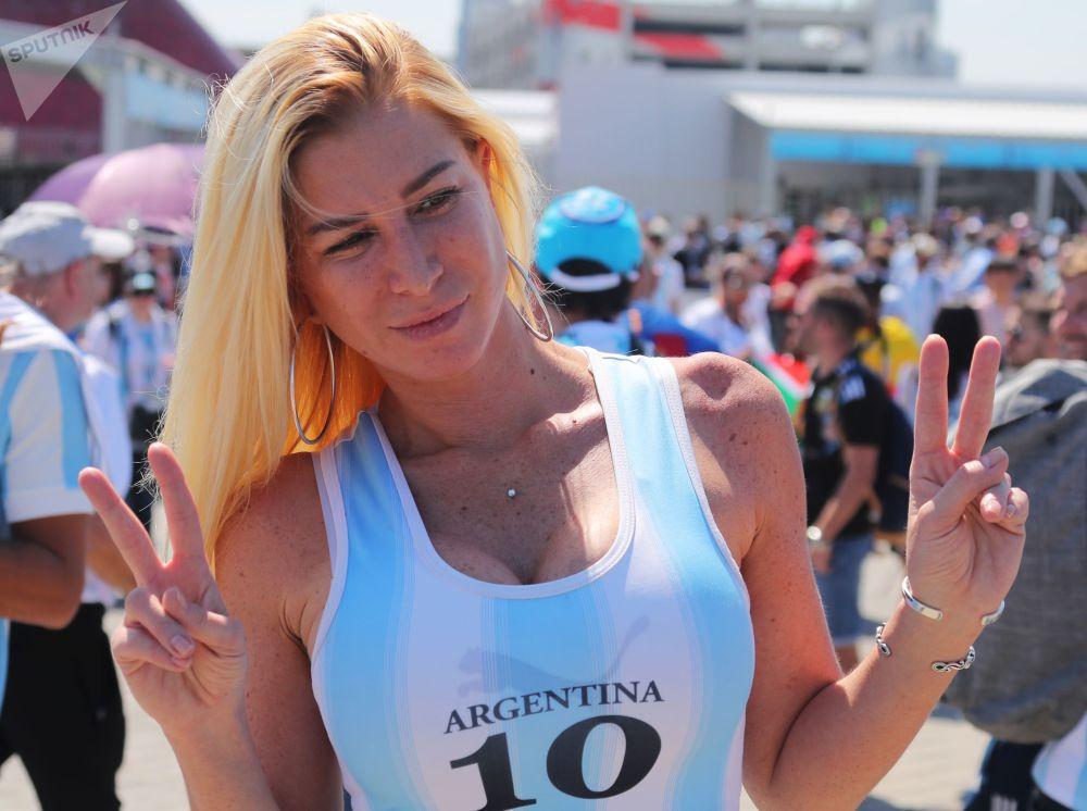 Une supportrice de l'équipe d'Argentine avant le début du match Argentine-Islande