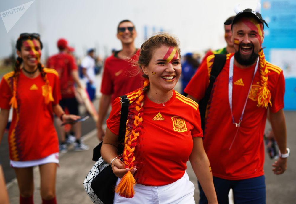 Des supportrices de l'équipe d'Espagne avant le match Portugal-Espagne