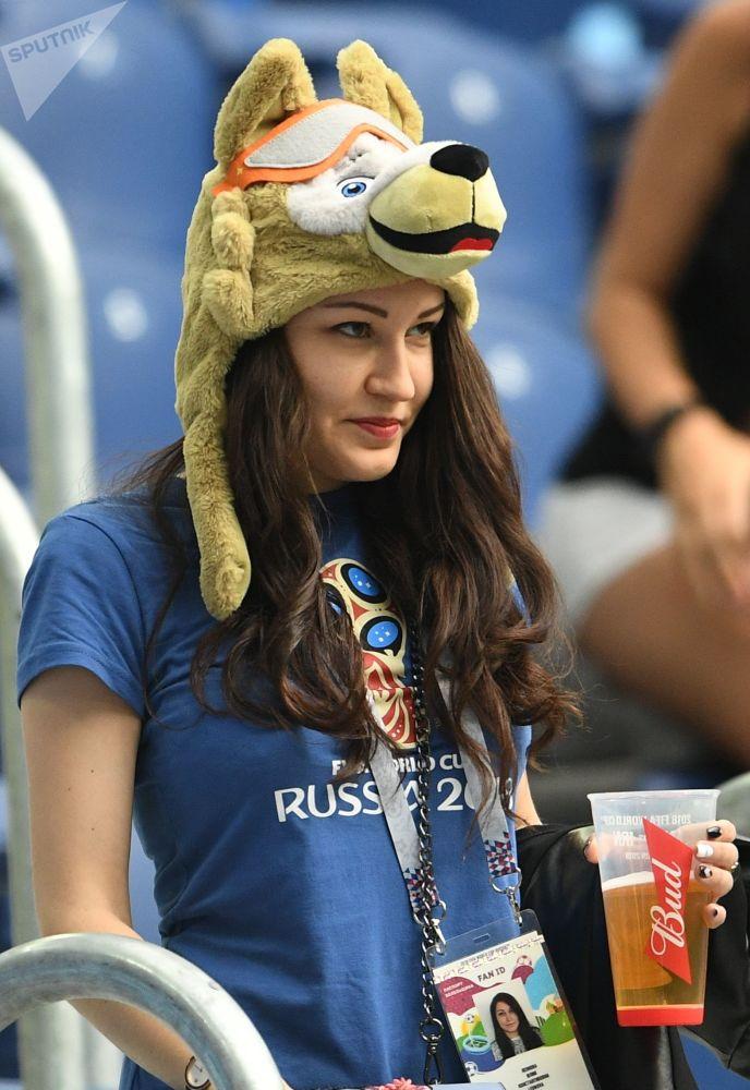 Une supportrice russe avant le match Maroc-Iran à Saint-Pétersbourg.