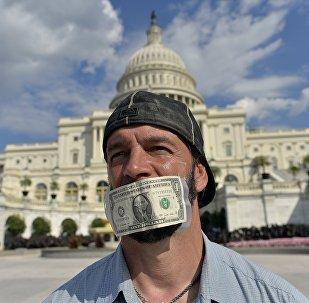 Un protestant devant le bâtiment du Congrès des États-Unis. Image d'illustration