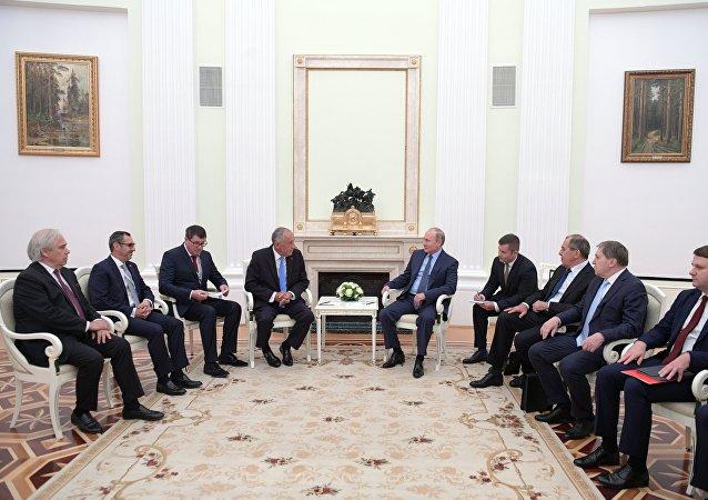Du foot, mais pas que: le Président portugais au Kremlin pour la première fois depuis 2001