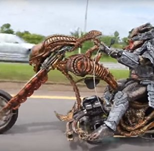 Un Predator à moto, ou un motard inhabituel en Thaïlande