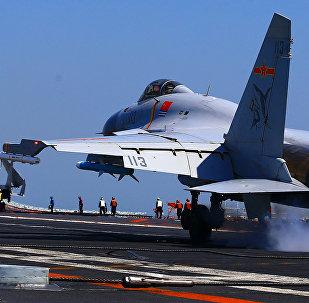 Un chasseur chinois J-15 sur le porte-avions Liaoling