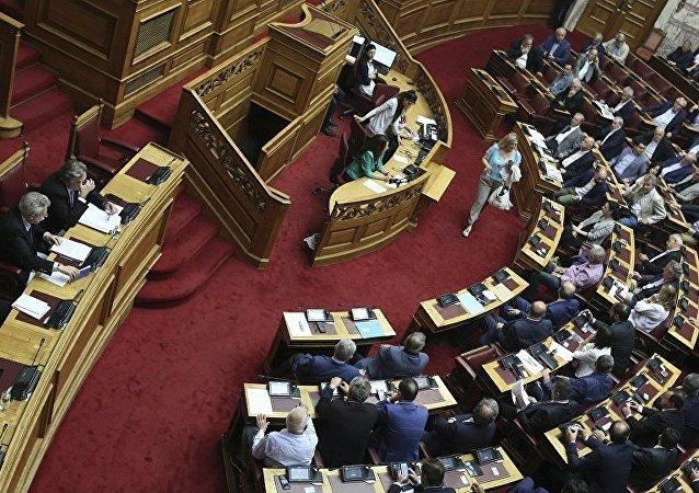 Sortie de la Grèce de son 3e plan d'aide: bouffée d'air pour l'économie ou 4e mémorandum?