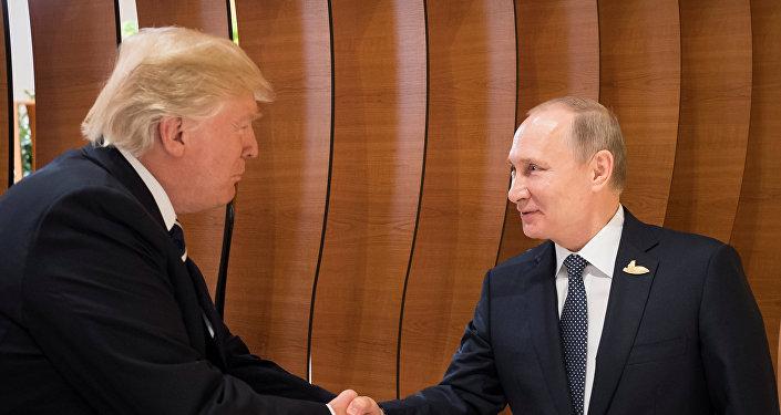 Ex-ambassadeur US en Russie: Trump aurait voulu «plaire» à Poutine