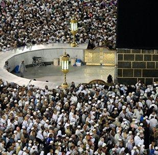 Паломники во время хаджа дотрагиваются до Каабы во время обхода вокруг нее в мечети Масджид аль-Харам в Мекке.