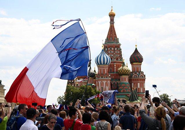 les supporteurs de l'équipe de France sur la place Rouge