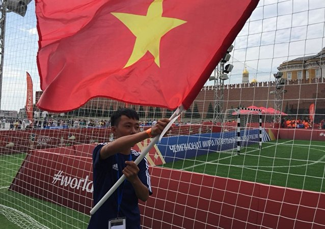 La place Rouge accueille un match de foot disputé par de jeunes Vietnamiens