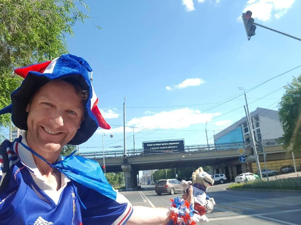 David voyage en autostop à travers la Russie pour suivre les Bleus