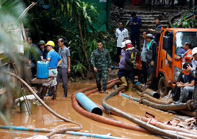 Recherches des enfants bloqués dans une grotte en Thaïlande