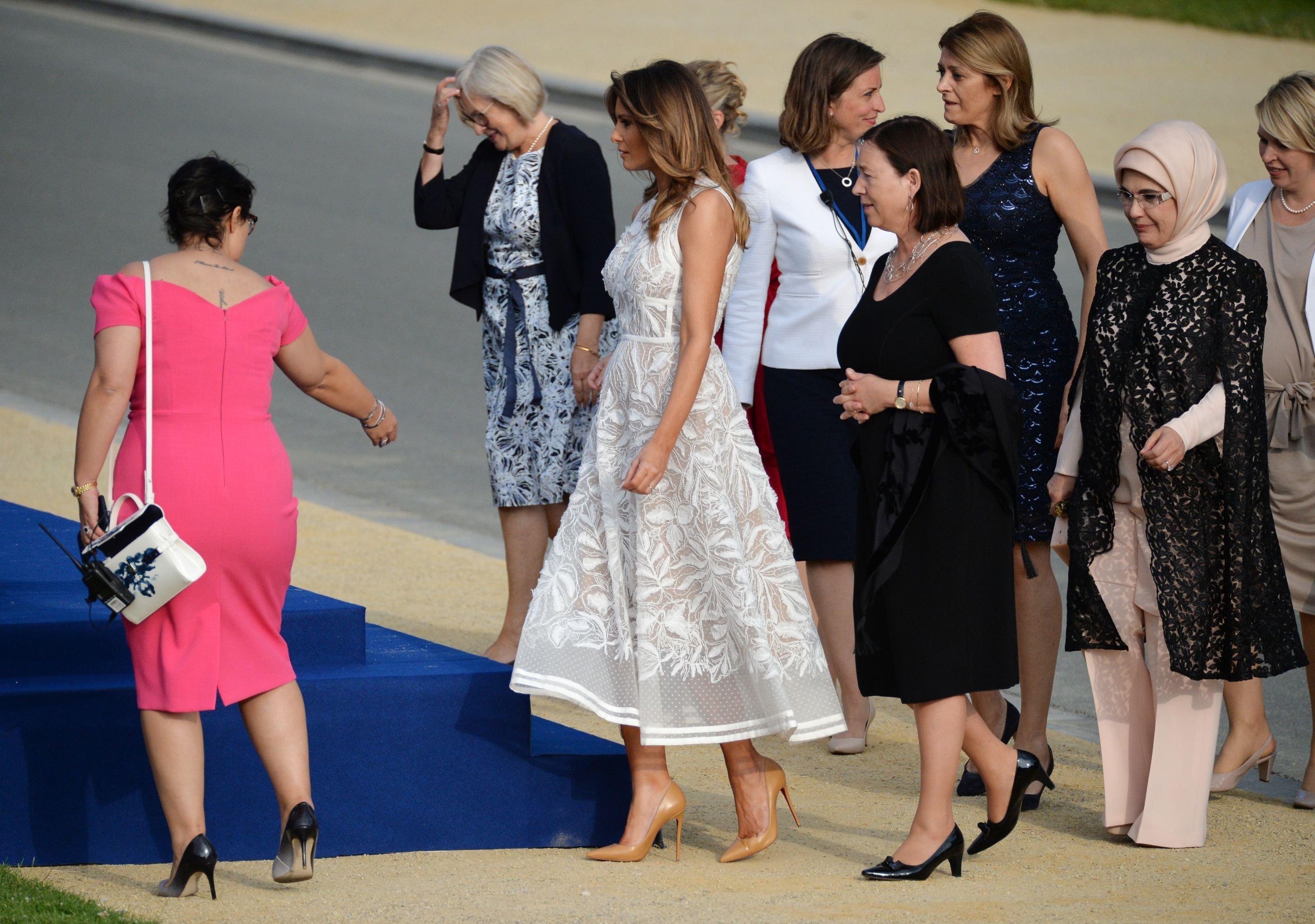 Супруги участников саммита глав государств и глав правительств стран-участниц НАТО перед церемонией фотографирования в Брюсселе